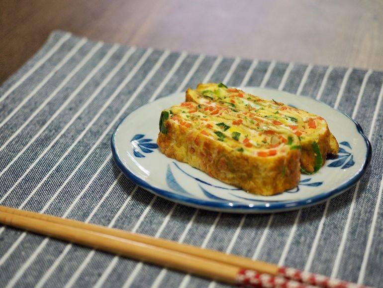 Японский омлет «Тамаго-яки»: нарезаю овощи, взбиваю яйца и жарю тонкими… заграница,страны