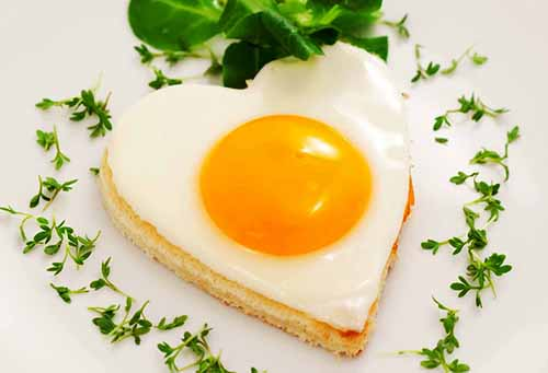 Фигурная яичница в формочках для украшения блюд