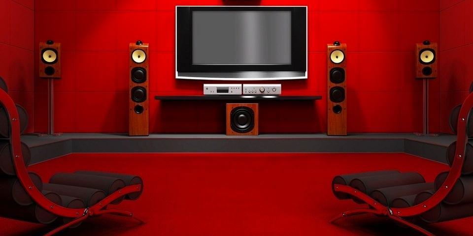 Домашний кинотеатр в цветах: черный, бордовый. Домашний кинотеатр в стилях: минимализм.
