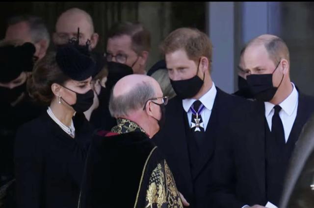 Слезы Кейт Миддлтон, разговор принцев Уильяма и Гарри и другие детали похорон принца Филиппа