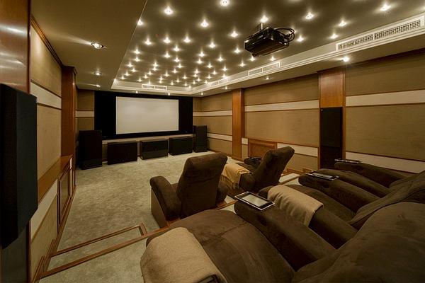 Домашний кинотеатр в цветах: черный, темно-коричневый, коричневый, бежевый. Домашний кинотеатр в стиле неоклассика.