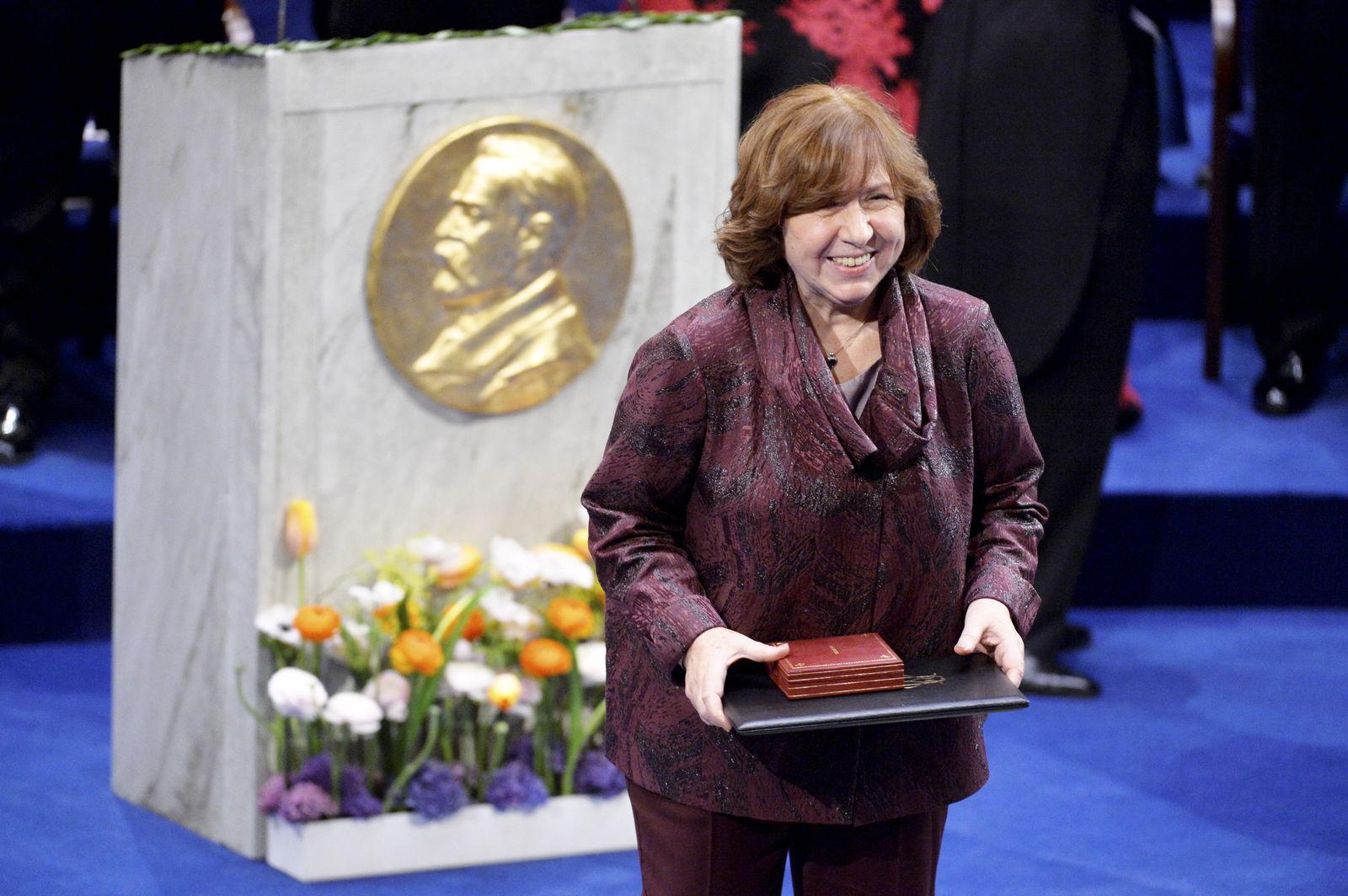 Лауреат Нобелевской премии Алексиевич призвала Лукашенко уйти с поста Политика