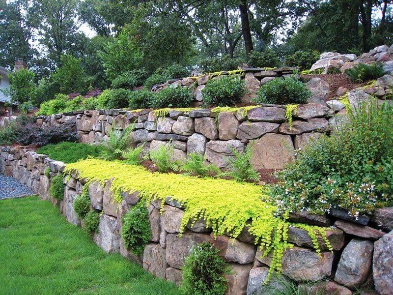 подпорная стенка из природного камня в ландшафтном дизайне