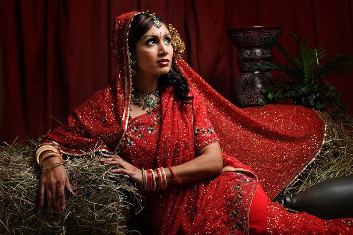 Сари красного цвета – это наряд невесты, желтое – недавно родившей женщины, белое одевали вдовы