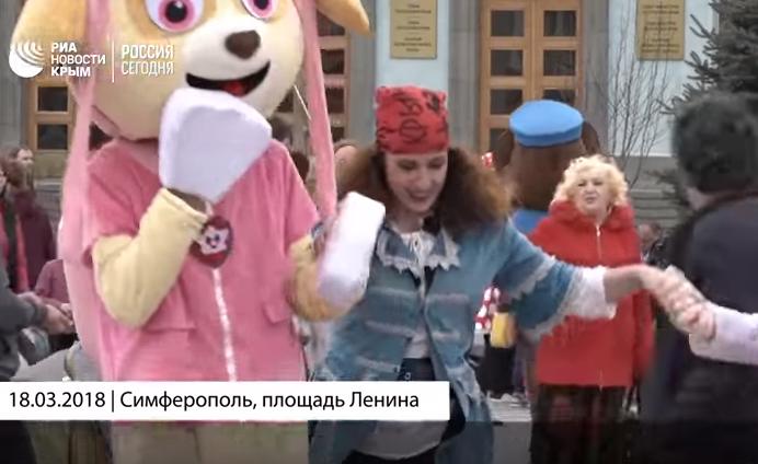 В Киеве всё ещё кипит работа, а в Симферополе уже наступил праздник