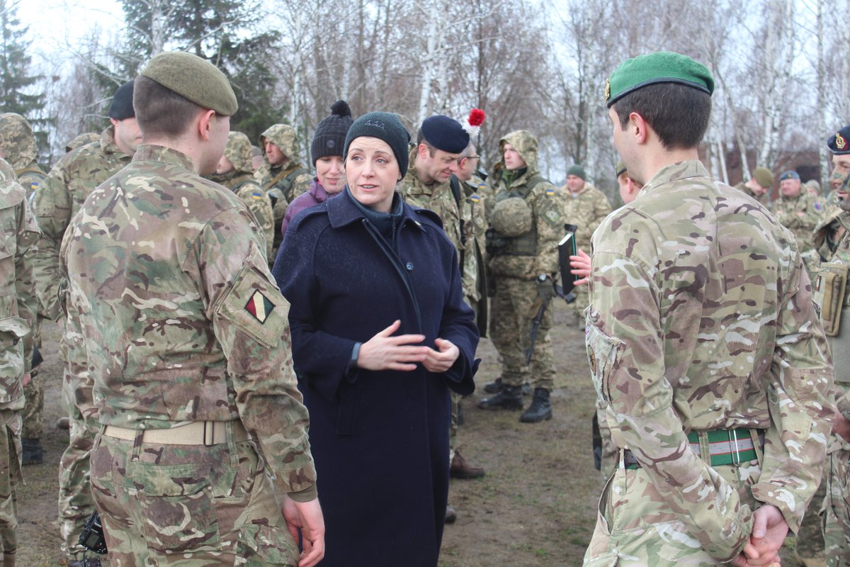 Фокусницу назначили министром обороны Англии англия,министр обороны