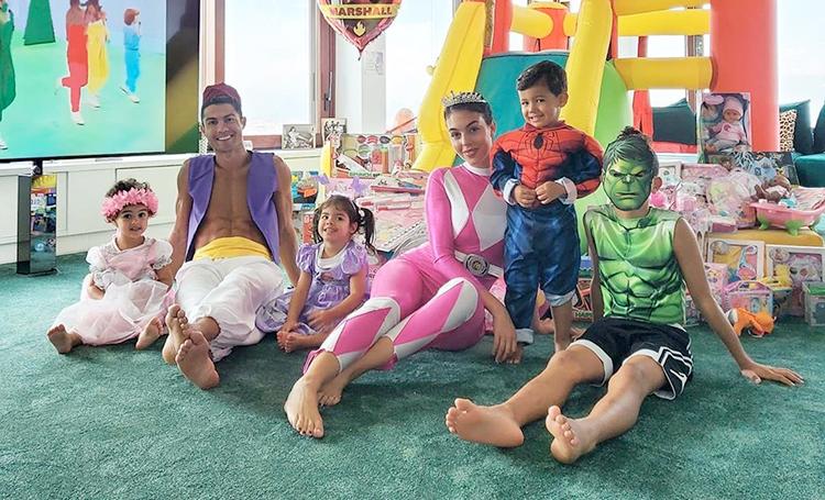 Семейная идиллия: Криштиану Роналду и Джорджина Родригес отметили день рождения близнецов