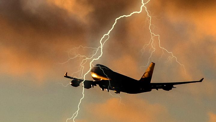 «Самолёт горит в молнии»: Что удивило экспертов в переговорах экипажа Superjet 100 и диспетчеров россия