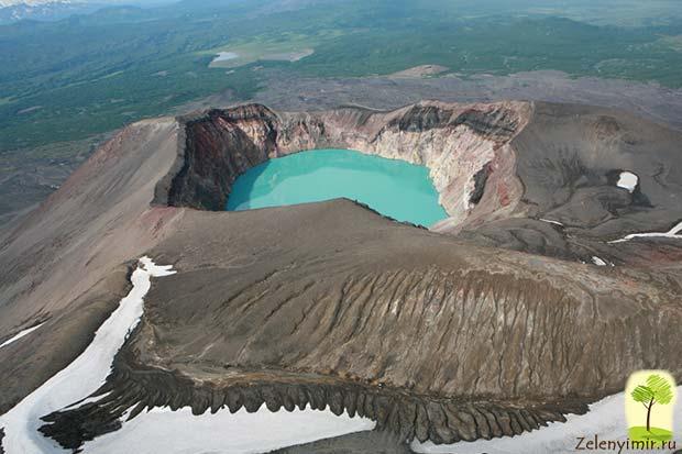 Устрашающий вулкан Малый Семячик с кислотным озером. Камчатка, Россия