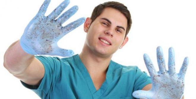 Медик в резиновых перчатках