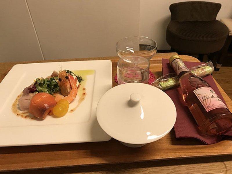Праздничный ужин в честь рождения ребенка: закуски и безалкогольное шампанское блюдо, еда, пища, родильный дом, роженица, фото, япония