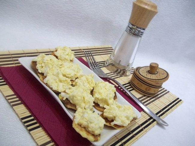 Закуска на картофельных чипсах.