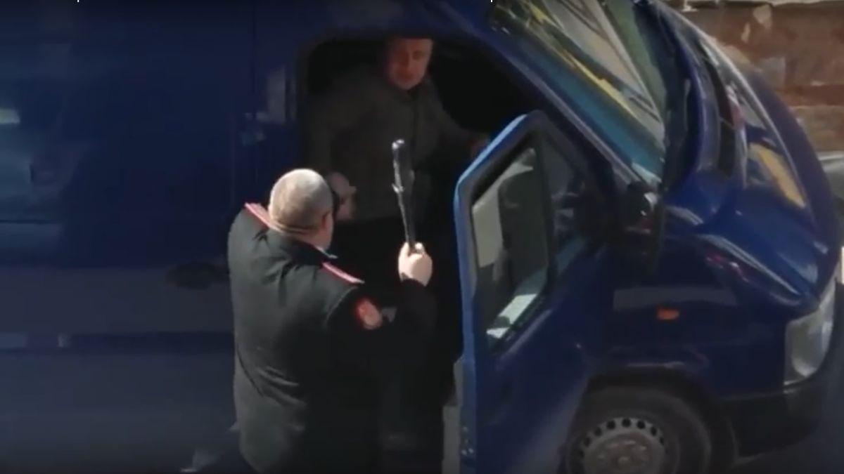 Казак с дубинкой напал на пассажира автомобиля. Новороссийск