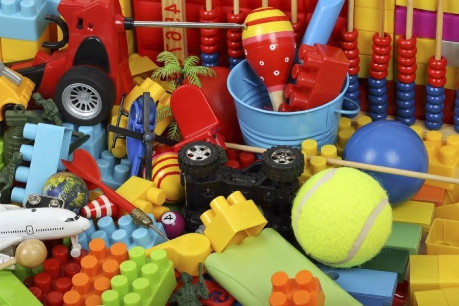 Выбросить всегда успеется! Способы найти применение старым детским вещам помогут сэкономить место и деньги