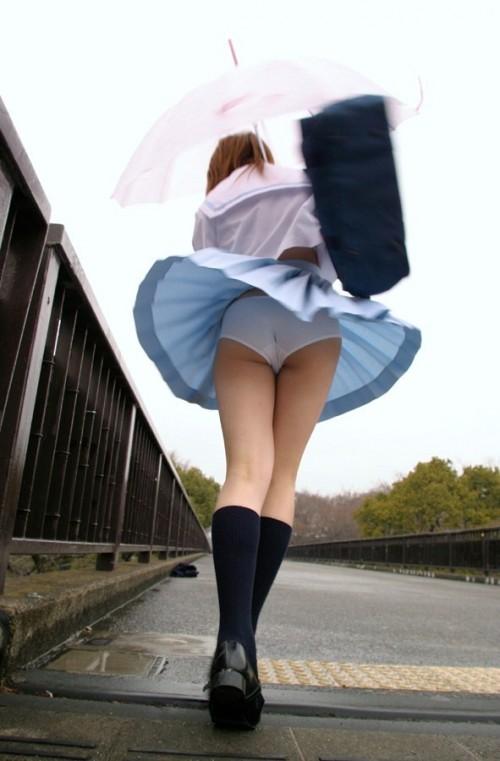 Подсматриваем под юбку прохожим фото