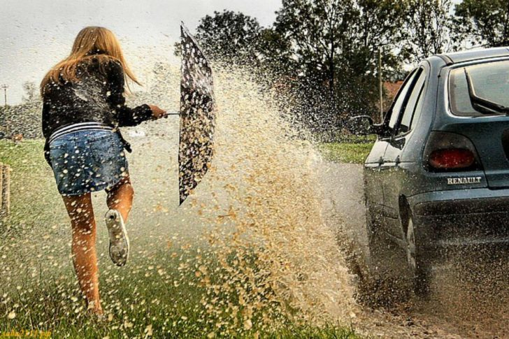 Автомобиль обрызгал нас водой из грязной лужи и очень скоро его настигло возмездие
