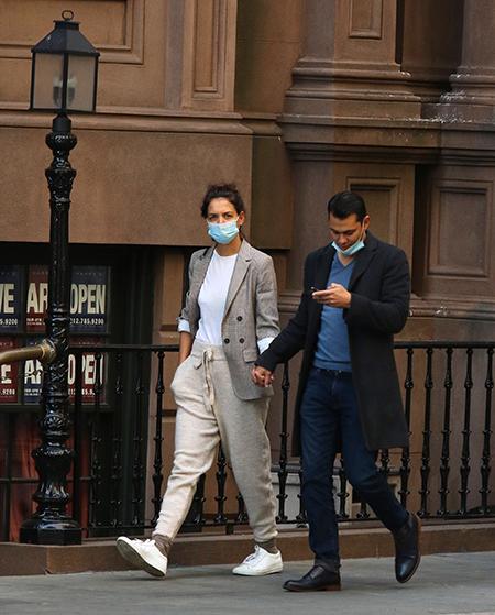 Все время вместе: Кэти Холмс и Эмилио Витоло на прогулке в Нью-Йорке Звезды,Звездные пары
