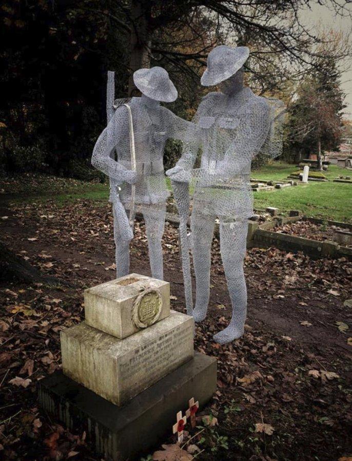«Призрачные» Ñкульптуры на английÑком деревенÑком кладбище