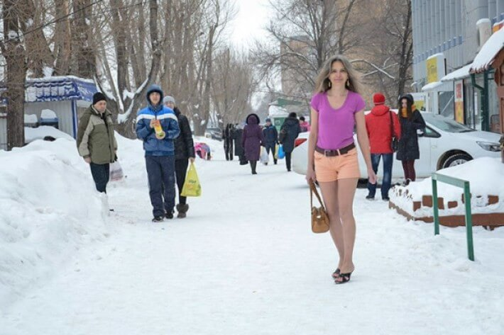 Снегурочка из Тольятти: девушка круглый год ходит в коротких шортах