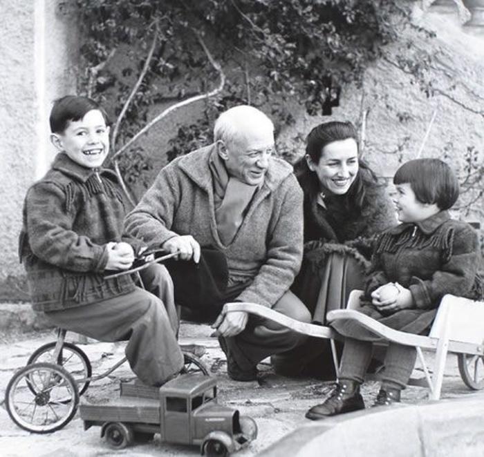 Пабло Пикассо и Франсуаза Жило с детьми в 1950-х годах.