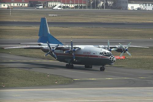 Kocmoc An-12 RA-12957.jpg