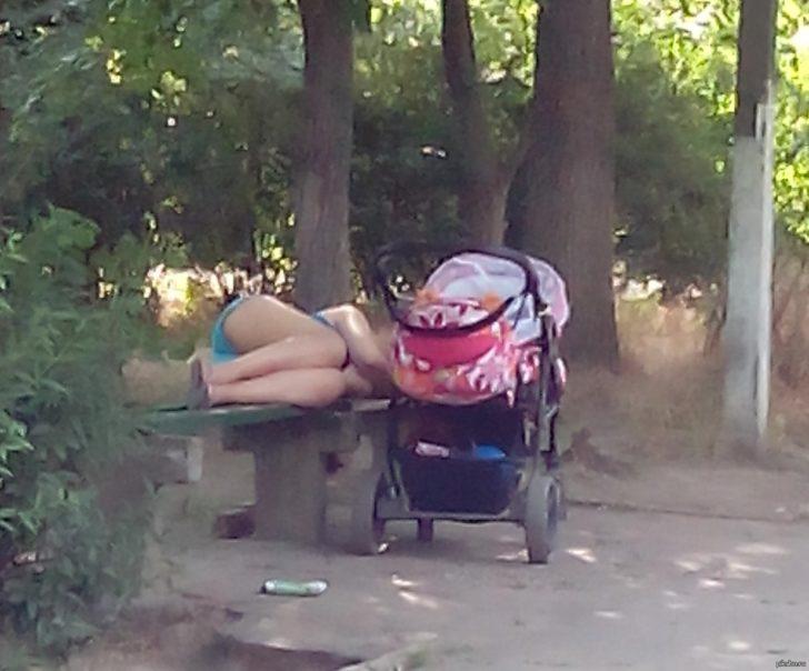 Однажды вижу стоит коляска с грудным ребенком, а рядом на лавочке лежит девушка... Соседи говорят, что я дура. Может я действительно не права?