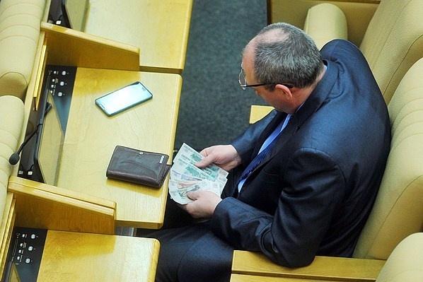 СМИ: чиновникам Кремля и Белого дома вернули урезанные из-за кризиса зарплаты