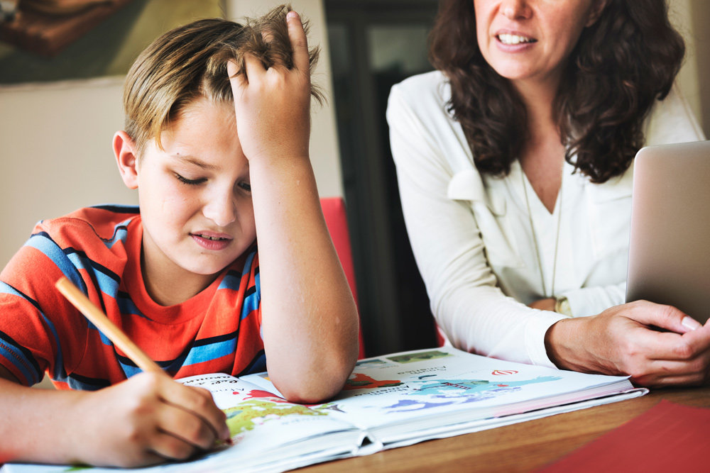 Опрос: Больше половины российских родителей делали уроки вместо детей