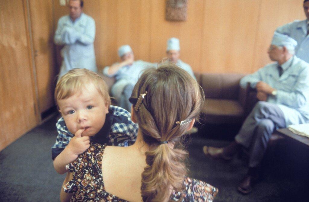 Спасать каждый день жизни детей: серия снимков 1984 года о работе детского хирурга врачи,дети,здоровье,медицина