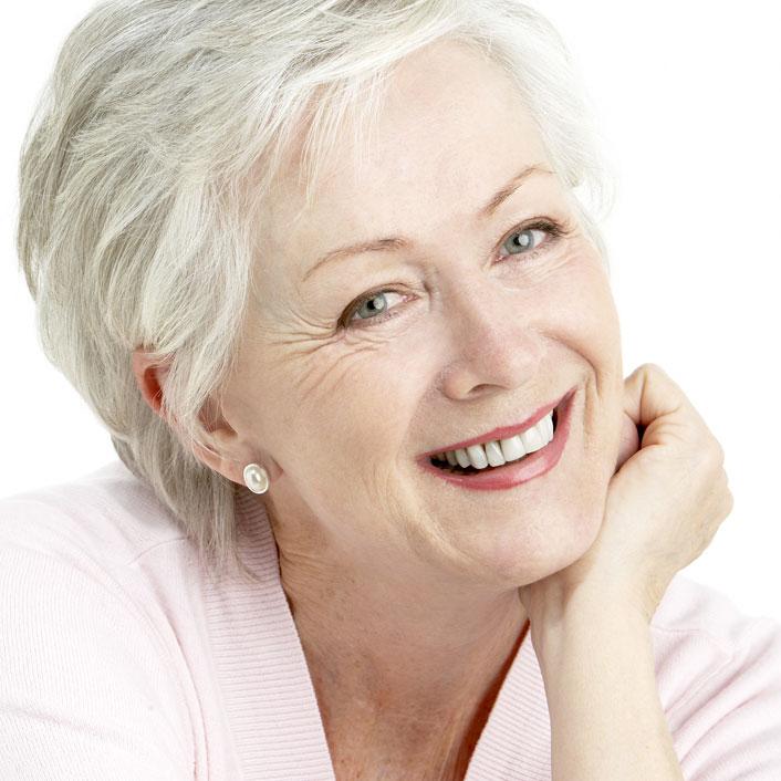 Ей далеко за 60, а ее лицо не знает ни морщин, ни обвисших щек