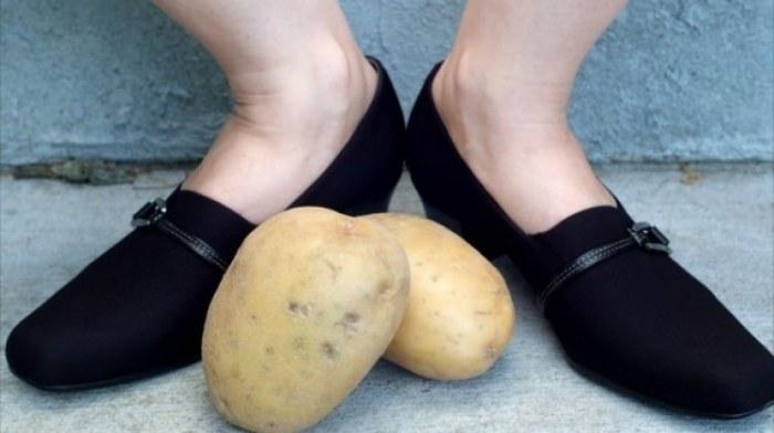 Зачем опытные хозяйки кладут чищенную картошку в обувь: совет, который пригодится каждому картошка,лайфхак,обувь