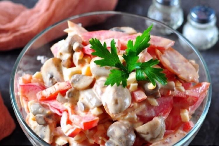 Потрясающий салат с копченой куриной грудкой и шампиньонами