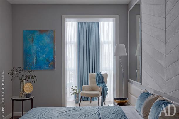 Спальня родителей. Каркас кровати, Roybosh; прикроватные столики, Loffilab; панели из ткани и кожи сделаны по эскизам архитектора. Картина на стене Беллы Новиньковой.