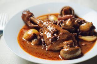 Чем отличается мясо петуха от куриного и как его готовить?
