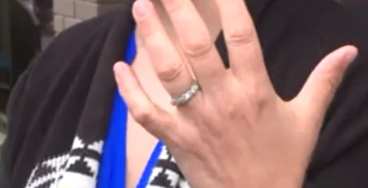 Женщина думала, что потеряла обручальное кольцо навсегда, но она ошибалась