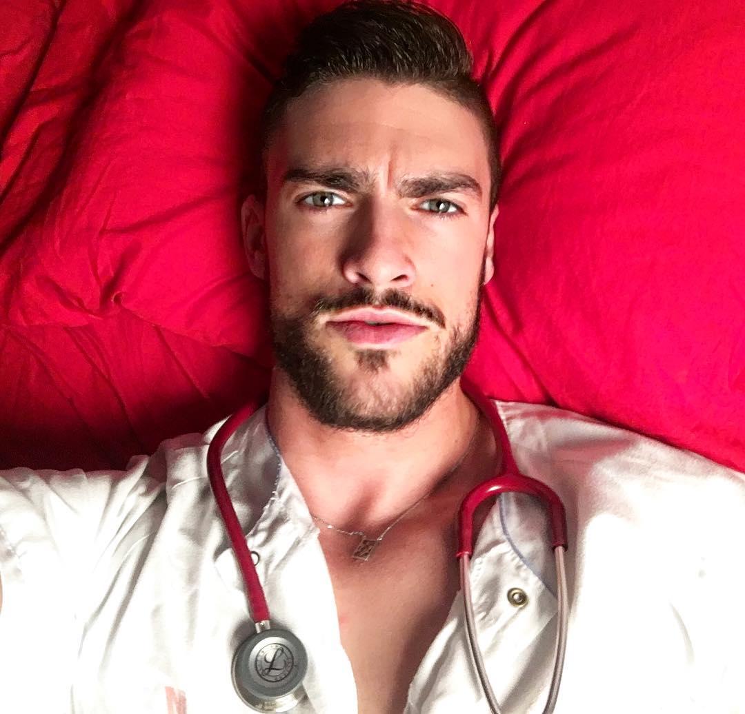 Самый сексуальный на свете медбрат живет и работает в Испании