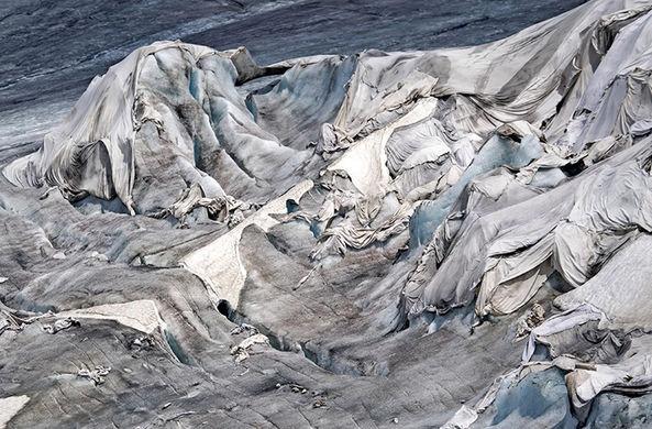 Каждый год швейцарцы покрывают ледники белыми одеялами