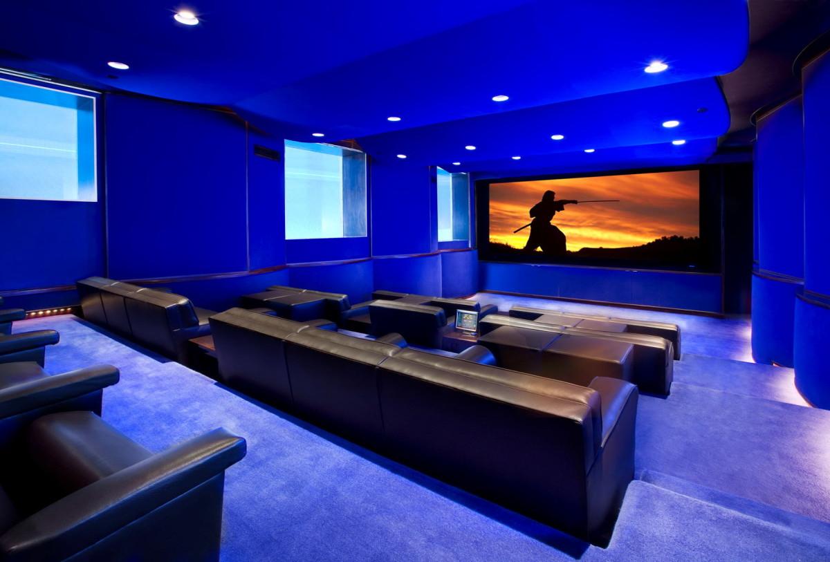 Домашний кинотеатр в цветах: фиолетовый, черный. Домашний кинотеатр в стилях: минимализм, хай-тек.
