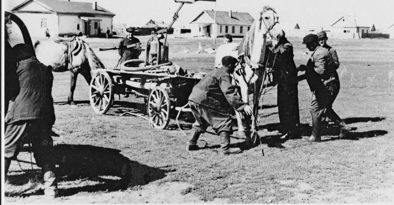 Первоначально для тушения пожаров использовались пожарные обозы или по проще - насос закрепленный на телеге. Пожарная охрана, авто, история, мчс, пожарные, пожарный автомобиль, ретро фото, факты