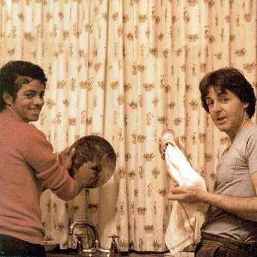 7. Майкл Джексон и Пол Маккартни моют посуду, 1982 г. Instagram, звезды, знаменитости, знаменитости в молодости, известные, редкие фото, селебрити, старые фото