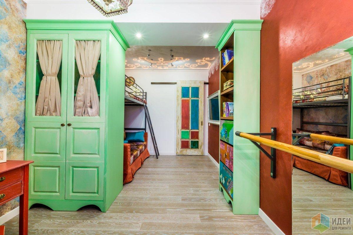 Некоторые двери не мешало бы перекрасить! Но не в этом случае!))