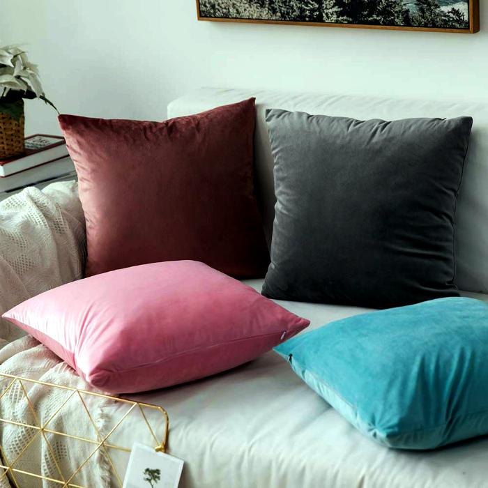 Бархатные диванные подушки. | Фото: monoFe.com.