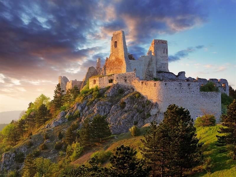 5 средневековых замков в Словакии, которые скрывают жуткие легенды