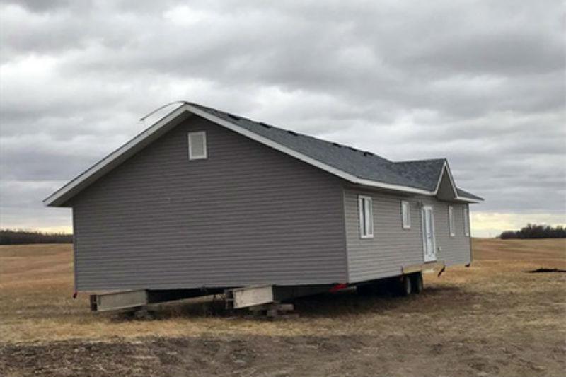 Канадец обнаружил на своем поле потерянный кем-то дом