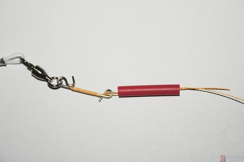 Затем сдвиньте резиновую трубочку с основной лески на безузловой соединитель. Она служит дополнительной защитой крепления.
