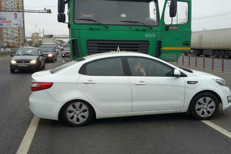 Череповецкий дальнобойщик прославился в Москве, протаранив фурой автомобиль автохама (3 фото + 1 видео)