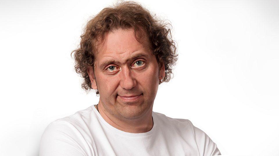 «Бьем не только посуду» — известный комедийный актёр рассказал о бурных ссорах с женой
