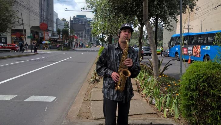 Саксофонист, который 6 лет живет в Эквадоре, рассказал о своей работе и местной жизни