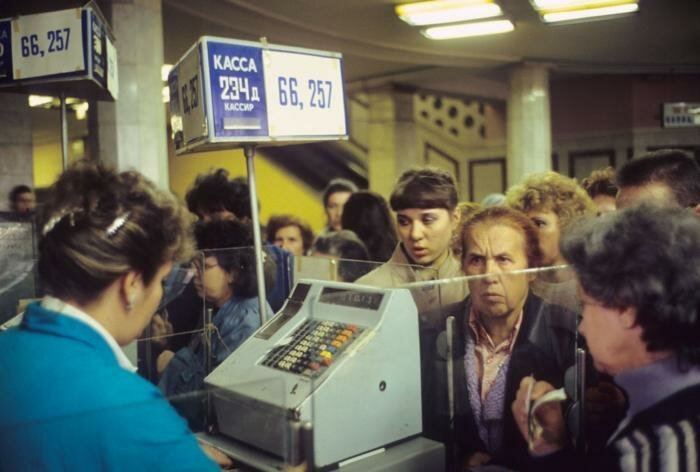"""14. Огромная очередь на кассе универмага """"Детский мир"""", Москва, 1991 год архив, исторические фото, фото, фото из прошлого"""