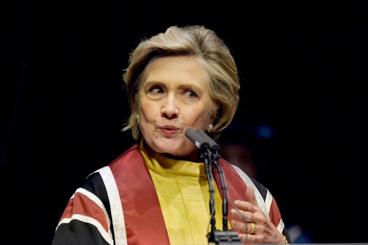 Неуклюжая Клинтон упала на ступенях мечети и получила перелом в ванной